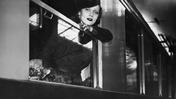 Marlene-Dietrich-_Titelfoto_im-Zug-auf-dem-Gare-St.-Lazare-im-September-1933