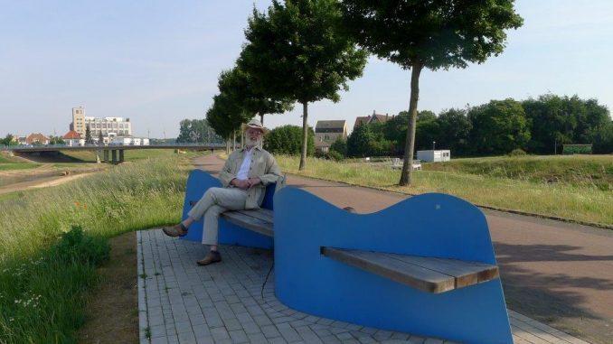"""Das Foto zeigt den Gladbecker Künstler Manfred Schlüter mit seiner """"Wellenbank"""""""