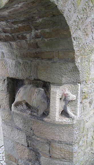"""Bildnachweis: Wikipedia CC BY-SA 3.0, Dortmund, Bonifatius-Kirche, Eingang zum westlichen Kirchplatz """"Es ist leichter, dass ein Kamel durch ein Nadelöhr gehe, als dass ein Reicher ins Reich Gottes komme.""""; Mk 10:24; ähnlich: Lk 18:25 & Mt 19:24"""