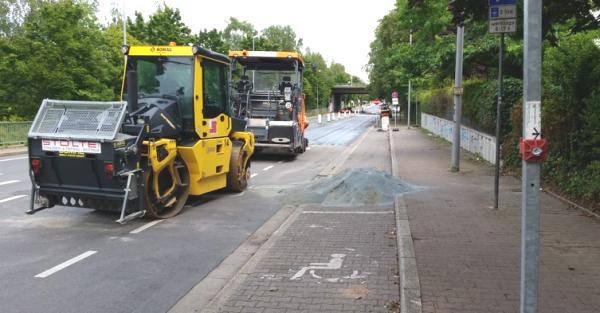 Zweckeler Straße und wird neu geteert