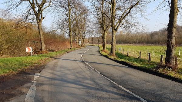 """Gladbeck: A52-Bau mit Salamitaktik Die Welheimer Straße in Gladbeck-Brauck soll ausgebaut werden, um im Zuge des Ausbaus der B224 zur A52 dem Schwerlastverkehr die Zufahrt zum Gewerbepark-Brauck zu ermöglichen. Die Welheimer Str. verbindet die B224 mit der Brüsseler Str., die die beiden Teile des Gewerbeparks erreichbar macht. Heute ist die Welheimer eine beschauliche Allee mit einigen Kurven. Wer im nördlichen Teil Gladbecks (in Zweckel) wohnt, würde sie mit der Feldhauser Str. im Bereich der Breicker Höfe vergleichen. Unverständlich ist das Statement des Stadtbaurates Kreuzer dazu: """"Der Charakter der Strasse soll erhalten bleiben!"""" Das wird schon allein deshalb nicht möglich sein, weil auf einer Seite die Baumreihen fallen müssen. Und um Schwerlastverkehr zu ermöglichen muss die Strasse völlig neu gebaut werden. Fachleute sagen, dass sie 70 cm tief ein neues Schotterbett bekommen muss - auch das wird den Wurzelbereich der anderen Baumseite tangieren. Damit die LKW die Kurven kriegen und Gegenverkehr möglich bleibt, muss die Strasse breiter gebaut und wahrscheinlich auch noch begradigt werden. Wie man da vom Erhalt des Charakters der Strasse sprechen kann, weiß sicher nur Herr Kreuzer. Die neue Strassenplanung wurde nötig, weil wegen der brennenden Halde die ursprüngliche Erschließung parallel zur A52 von der RAG (Ruhrkohle AG) abgelehnt wird. 5.600 Fahrzeuge sollen künftig täglich über die Strasse fahren, steht in der Vorlage für den Stadtplanungsausschuss, der sich in der kommenden Woche auch zu diesem Thema trifft. Baurat Kreuzer hat bislang keine positiven Referenzen in Gladbeck hinterlassen. Sein größtes Husarenstück ist die Zementierung des Busbahnhofprovisoriums für alle Zeiten. Wenn er, wie seine Vorgänger, Gladbeck demnächst verläßt, wird er sich andernorts für diesen Klotz am Bein rechtfertigen müssen. Doch der Ausbau der Welheimer Str. ist nur die erste Scheibe der Salamitaktik mit der die Gladbecker Bevölkerung bezüglich des Ausbaus der B224 zur Autobah"""