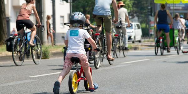 """Gladbeck: Platz da für die nächste Generation!  Zehntausende Kinder und Familien erobern auf ihren Fahrrädern die Städte in Deutschland und der Schweiz.  Erstmalig findet eine bundesweite KIDICAL MASS statt. Köln/Berlin/Verden 09. März 2020  Am 21. und 22. März 2020 werden zehntausende Kinder, Jugendliche und Familien auf Fahrrädern in mehr als 60 Städten in Deutschland und in der Schweiz eine riesige KIDICAL MASS veranstalten. Sie fordern eine neue Verkehrspolitik. """"Wir wollen, dass sich Kinder sicher und selbständig mit dem Fahrrad in unseren Städten bewegen können. Die eigenständige Mobilität ist enorm wichtig für die kindliche Entwicklung, sie fördert Bewegung, Selbstbewusstsein und das soziale Miteinander. Würde ich mein Kind hier allein mit dem Rad fahren lassen? Wenn die Antwort nein lautet, dann muss was passieren. An dieser Frage muss sich eine Stadt messen lassen"""", erklärt Organisatorin Simone Kraus.  Die bundesweite Aktion, die in dieser Form erstmalig ist, wurde von der KIDICAL MASS KÖLN ins Leben gerufen. Sie wird von ADFC, Campact, Changing Cities, RADKOMM, VCD sowie mehr als 110 lokalen und regionalen Vereinen, Organisationen und Initiativen unterstützt und organisiert.  Kinder und Familien setzen ein Zeichen In unseren Städten sind die Bedingungen für Radfahrende, insbesondere für Kinder und Jugendliche sehr schlecht. Es fehlt vor allem an Platz: zu schmale, ungeschützte oder oft gar keine Radwege. Viele Eltern haben Angst um ihre Kinder und fahren sie lieber mit dem Auto.  85 Prozent der Befragten in den Großstädten und 74 Prozent insgesamt würden Kinder nur mit schlechtem Gefühl allein Fahrradfahren lassen (ADFC-Fahrradklima-Test 2018)[i]. Immer weniger Kinder können sicher Radfahren."""
