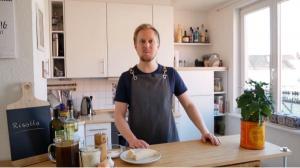Sehr viele Gladbecker kennen David Manthey noch. Der Ex-Rentforter hat eine Kochlehre im Gasthof Berger in Kirchhellen-Feldhausen absolviert und später dort noch als Jungkoch gearbeitet. Nach vielen beruflichen Stationen (auch in Übersee) und in Drei-Sterne Restaurants, landete er schließlich als Demichef de Partie im Restaurant La Vie (drei Michelin Sterne) in Osnabrück. Durch einen Abstecher nach Heidelberg wurde er 2017 staatlich geprüfter Gastronom und Küchenmeister. Nach einem kurzen Zwischenstopp als Chef de Partie im Restaurant Jante (ein Michelin Stern) in Hannover, wechselte er quasi die Branche und wurde im März 2018 Produktionsleiter in der Hauptmensa des Studentenwerks in Hannover. Inzwischen kocht David Manthey für ein großes Bankhaus in Hannover.