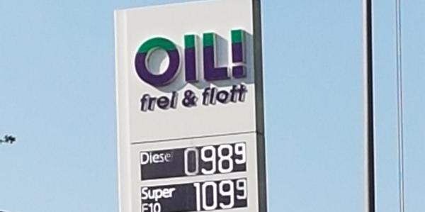 27.04.2020 Gladbeck: Diesel für 98,9 Cent! Ist das gut?  Die Spritpreise sind im Sinkflug. Heute konnte der Diesel für 98,9 Cent pro Liter in den Tank fließen. Nicht auszuschließen, dass es weiter nach unten geht. Bei einigen Erdölsorten bekommen die Abnehmer nach Geld dazu, wenn sie Öl abnehmen. Doch leider wird es nicht dazu kommen, dass Sie Geld raus kriegen, wenn Sie Ihr Auto volltanken.