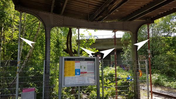 Gladbeck: Der Bahnhof-Ost wird mit Stützen gesichert, damit er nicht den Fahrgästen auf den Kopf fällt.