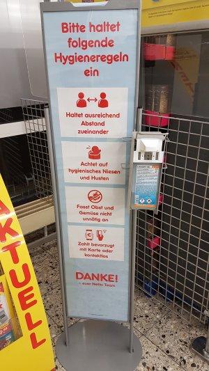 Mangelhafte Hygieneratschläge bei Netto. Den Abstand darf man hier selbst wählen.